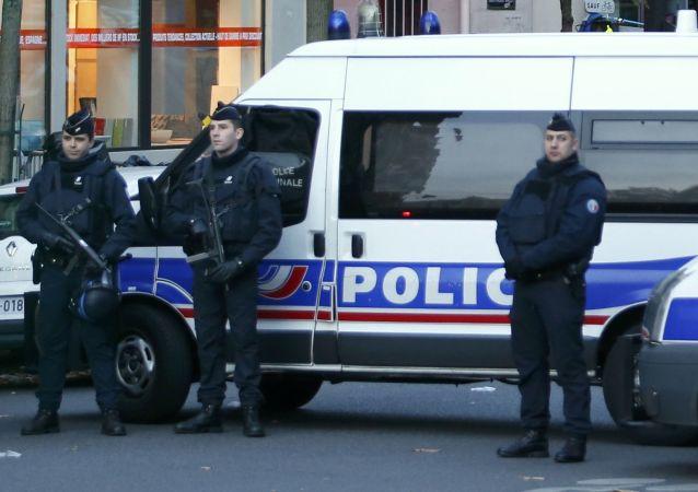 媒体:法国警方没收加莱难民鞋与手机并加以恐吓