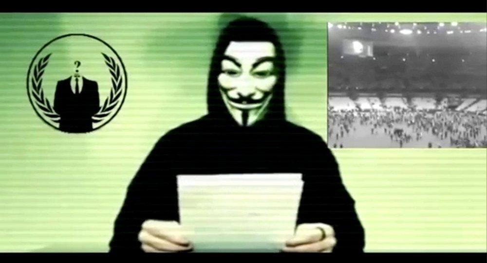 """早前有媒體報道稱,""""匿名者""""在互聯網上向在俄羅斯被禁止的""""伊斯蘭國""""宣佈發動虛擬戰爭。根據最新數據顯示,""""伊斯蘭國""""在巴黎製造的恐怖襲擊造成129人遇難。 視頻中的一名蒙面男子聲稱,巴黎恐怖襲擊事件製造者絕不能逍遙法外。 """"匿名者""""代表星期二表示,網上的視頻是假的。 第一次宣佈向""""伊斯蘭國""""發動網絡戰爭還是在2015年2月法國《查理週刊》編輯遭到襲擊後。今年3月份,""""匿名者&"""