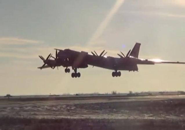 图-95熊式战略轰炸机发射巡航导弹 /资料图片/