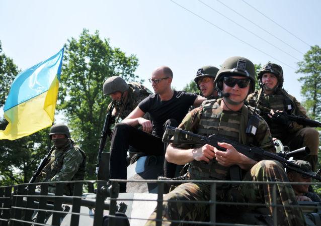 烏克蘭總理阿爾謝尼•亞採紐克與美國軍人