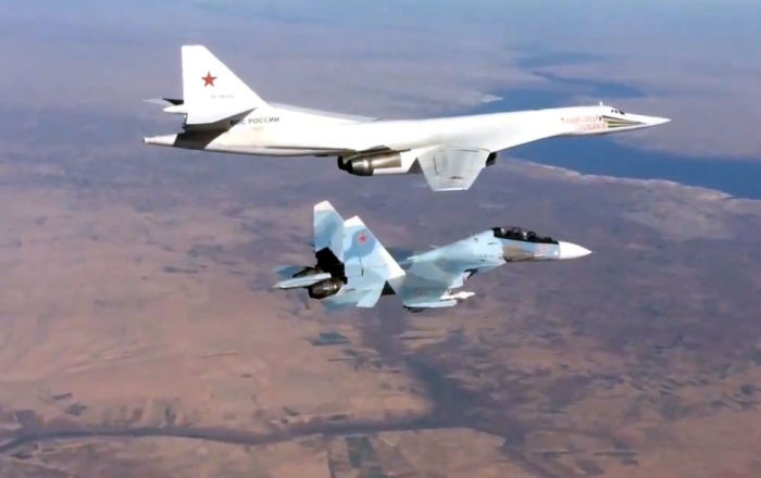 苏-30SM战机在叙利亚上空为图-160战略轰炸机护航。