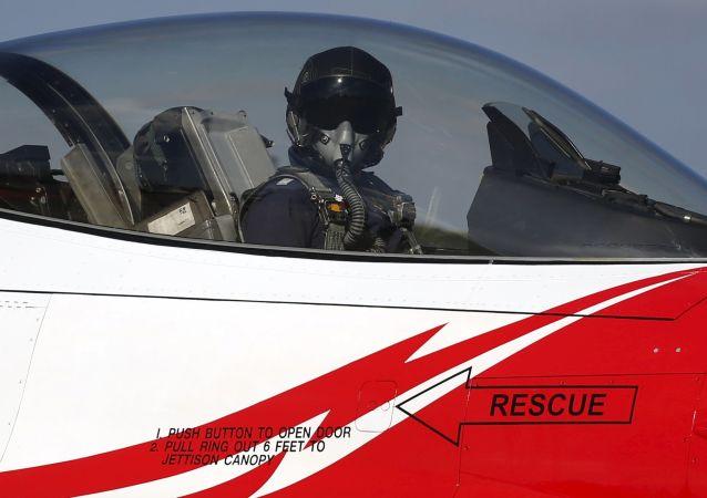 泰国南部一架战斗机在儿童节航空表演时坠毁