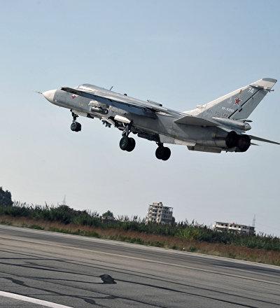 Российский бомбардировщик Су-24 взлетает с авиабазы Хмеймим в сирийской провинции Латакия