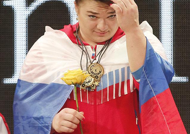 达吉亚娜•卡什利娜(75公斤级以上)获得金牌