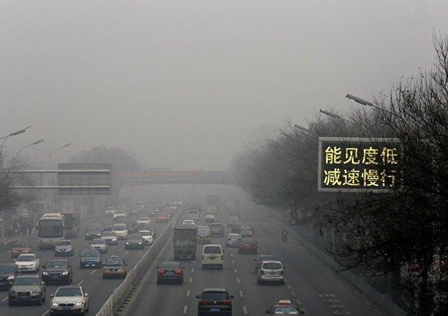 中国首都所有工厂因重度生态污染红色预警而暂时关闭