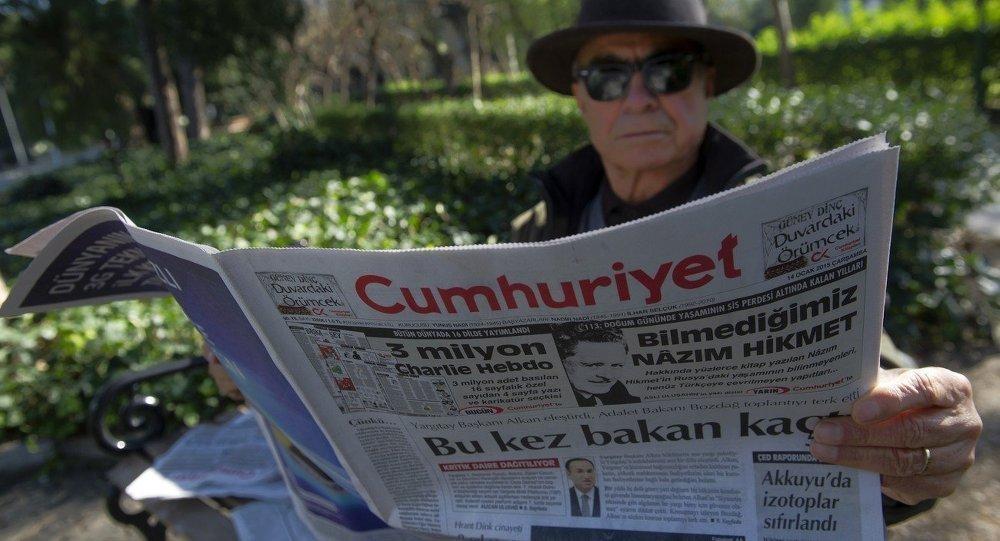 """持社会主义观点的土耳其左派SoL新闻网站代表对俄罗斯国防部的声明予以了极大关注。该网站还注意到西方掌握有土耳其和""""伊斯兰国""""开展石油贸易的证据,并刊登了一些从西方媒体翻译来的文章,内容涉及土耳其同 """"伊斯兰国""""(又称达伊沙)圣战分子们的关系。SoL新闻网站吸引读者对以下事实的关注:土耳其大型亲政府媒体对俄罗斯国防部声明保持沉默。 土耳其左派报纸(BirGün)刊载了名为《""""伊斯兰国""""同正义与发展党的石油兄弟情谊》的文章。文中写道,""""信任北约、决定击落俄罗斯战机的埃尔多安被逼到了墙角"""