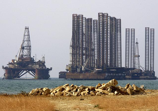 路透社:里海石油平台着火 32人遇难