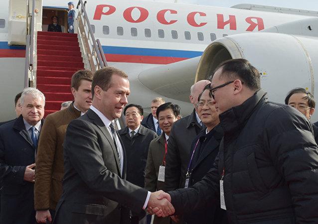 俄总理抵达中国进行正式访问