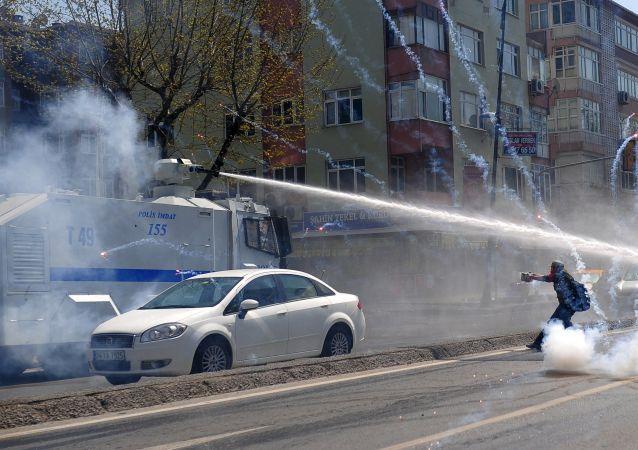 土耳其警方催泪瓦斯驱散伊斯坦布尔示威者