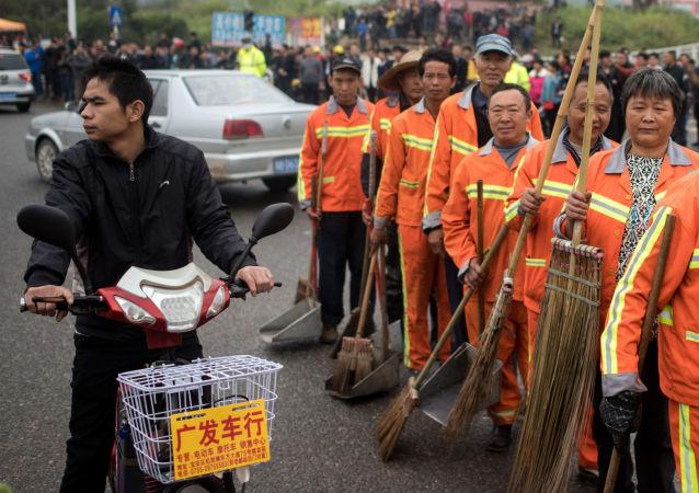 中国深圳山体滑坡后街道上的看守人员