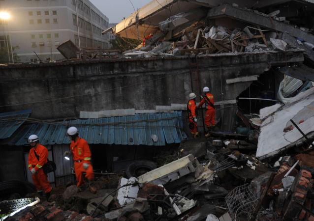 在甘肃省的两座建筑倒塌造成一死两伤