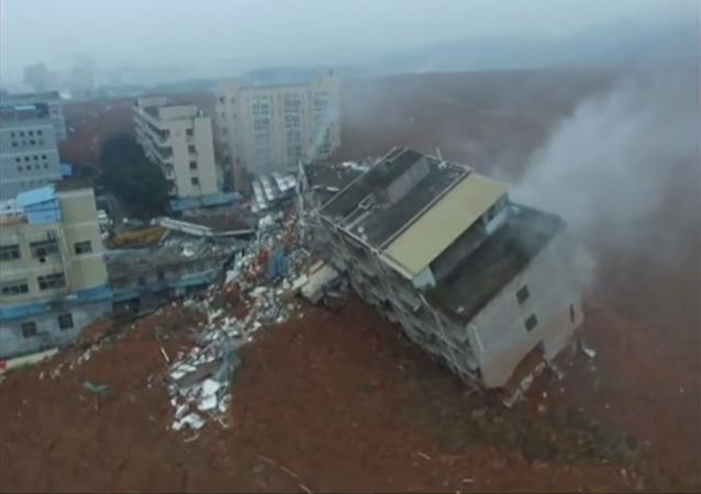 深圳山体滑坡事故现场:搜救人员全面搜救数十台挖掘机进行工作