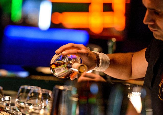 莫斯科一调酒师打断一名点了鸡尾酒男人的脊椎