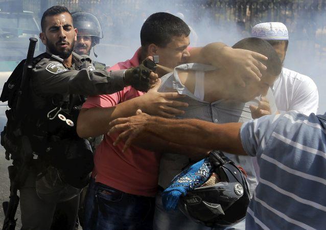 Пограничные военные Израиля во время задержания протестующего в арабском квартале Иерусалима