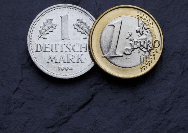 媒体:欧元投入使用14年后德国人手中仍留有130亿马克