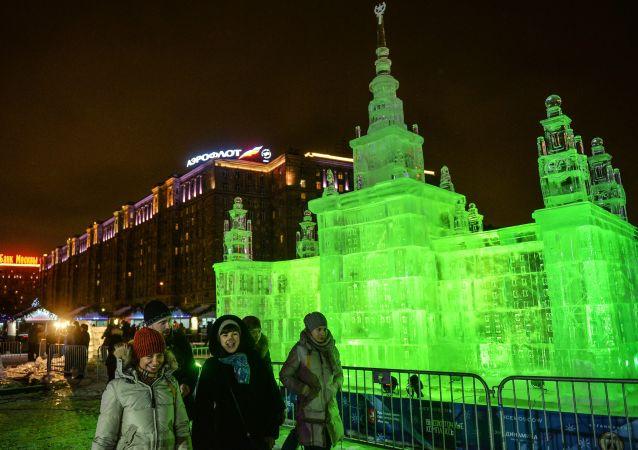 """俯首山胜利公园""""冰雪莫斯科•阖家团圆"""" 艺术节上的冰雕"""