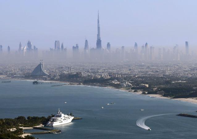 迪拜中心摩天大楼宾馆起火,火势猛烈吞噬数十层楼