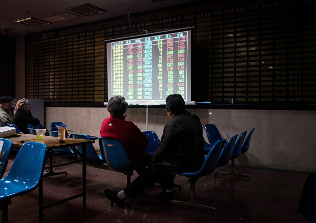 投資者正盯著上海證券交易所的股票滾動屏幕