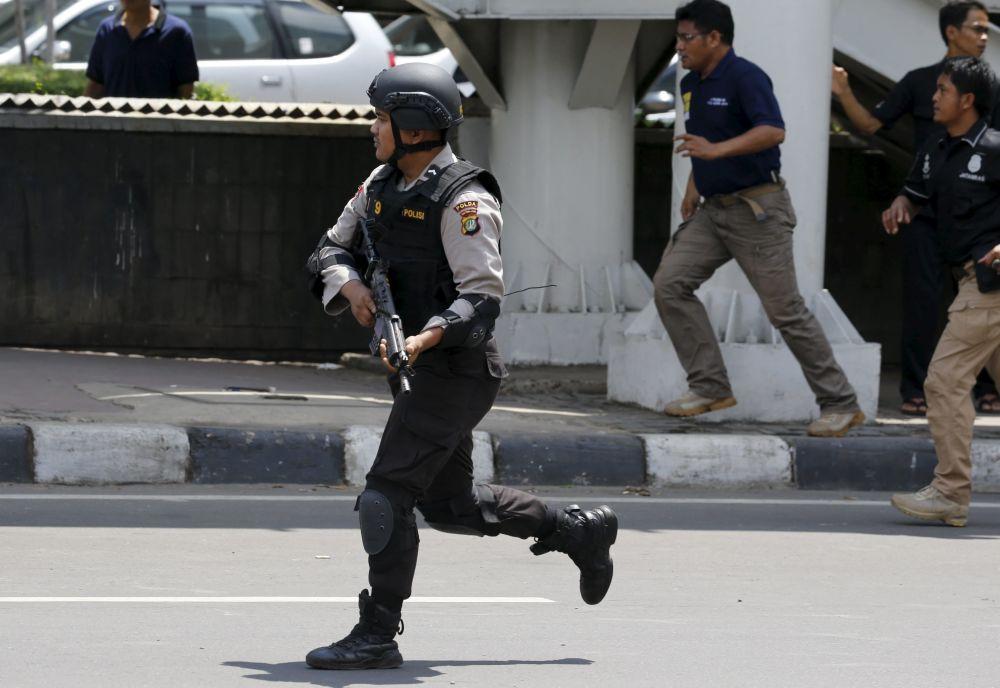 警察在雅加达爆炸现场