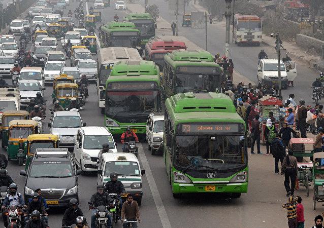 印度德里政府因雾霾严重实行汽车单双号限行