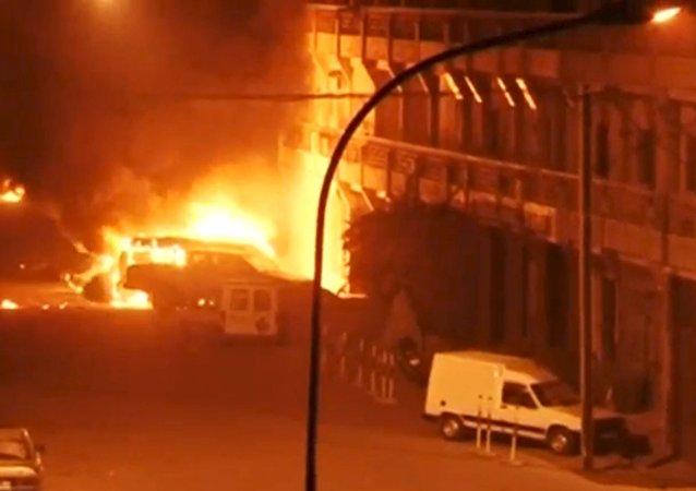布纳基法索消防人员在被劫持酒店对面的饭店里发现10具尸体