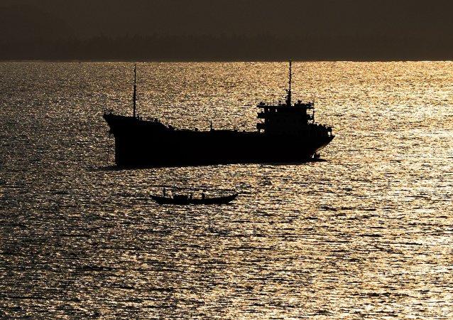 媒体:东京湾油轮失事发生泄漏