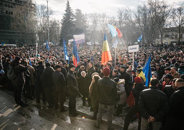 基希讷乌2万人上街抗议 要求解散议会