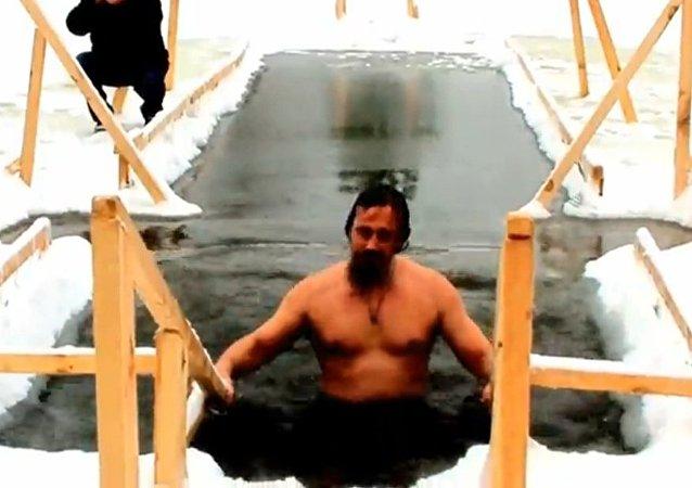 东正教信徒庆祝耶稣受洗节
