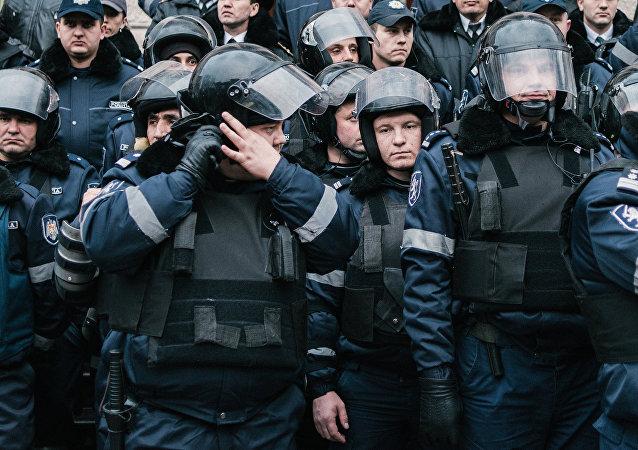 警方对基希纳乌的示威者使用了催泪瓦斯