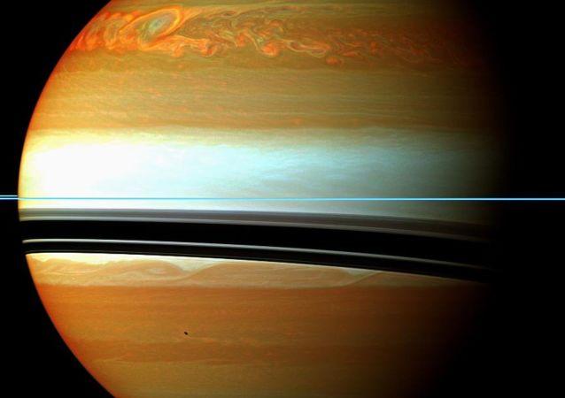 NASA发布土卫十八图片 形似饺子