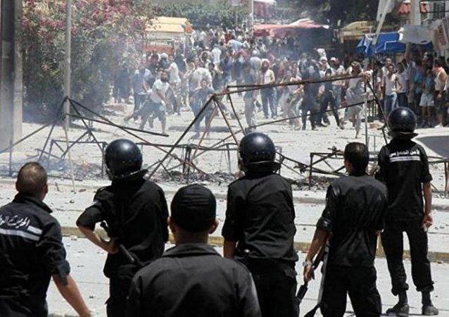 超过800人因破坏公共秩序被政府逮捕