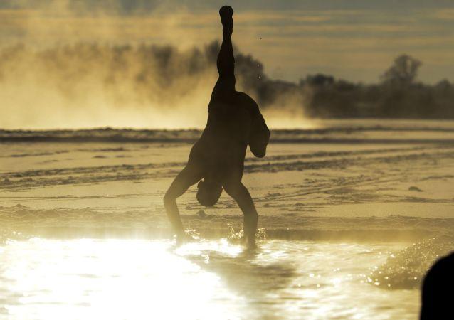 72名俄中冬泳运动员零下15度挑战俄远东冰河