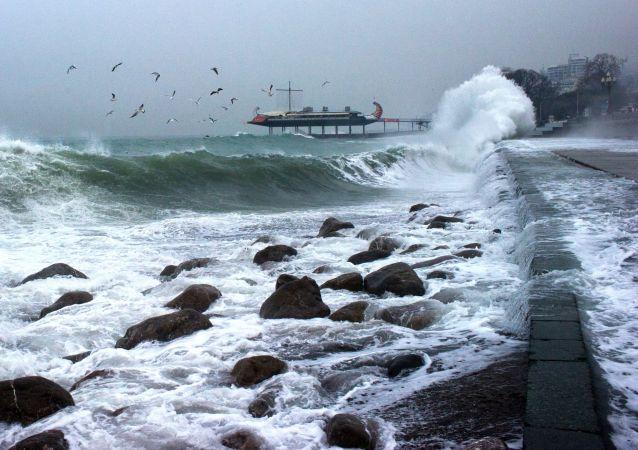 克里米亚紧急情况部:一干货船在黑海倾覆 1人下落不明