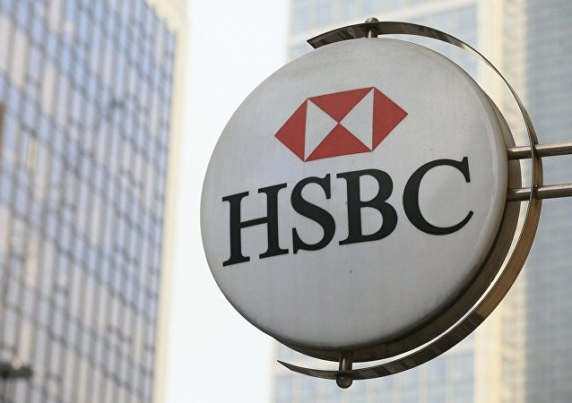 伦敦环保激进分子打破汇丰银行大楼窗户