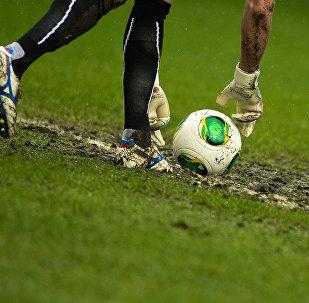 足球赛场裁判帮助促成了其中一队的射门