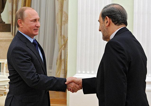 俄总统普京与伊朗最高领袖顾问商韦拉亚提  资料图片