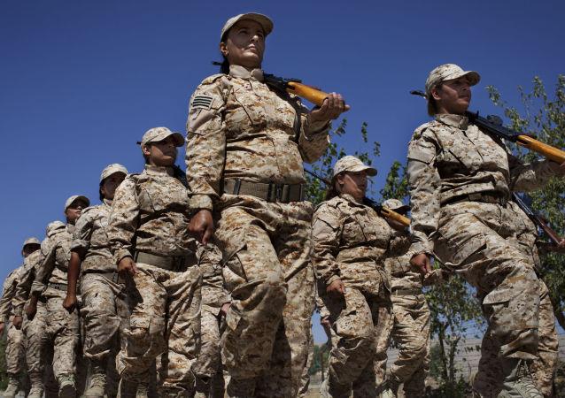 """在伊拉克的库尔德""""自由斗士""""民兵组织的女子自卫军"""