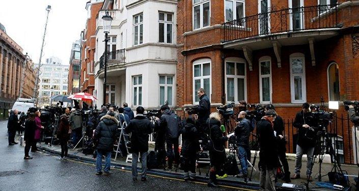 阿桑奇案新闻公布后人们在厄瓜多尔驻伦敦大使馆前聚集