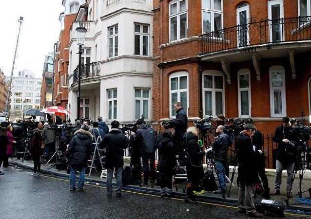 阿桑奇案新聞公佈後人們在厄瓜多爾駐倫敦大使館前聚集