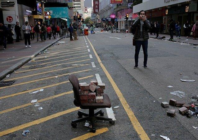 近50人在中国香港的警察与示威者之间的冲突中受伤