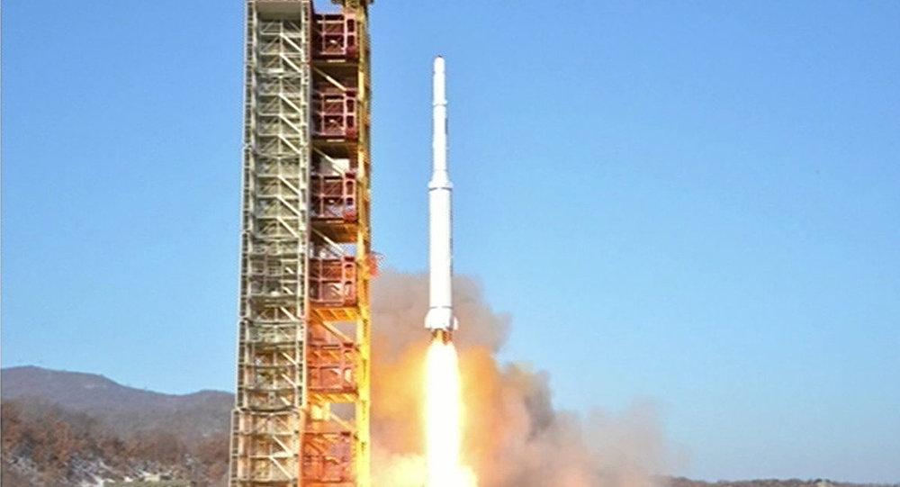 """该消息人士称:""""明天UTC时间01:20:08,第三级将飞过距国际空间站80公里处。这不会对乘组构成危险。"""" 暂时尚未能获得俄方和美方飞行控制中心的评论。 朝鲜宇宙空间技术委员会2月7日宣布从平安北道的西海卫星发射场成功发射搭载""""光明星4号""""卫星的""""光明星""""运载火箭。据公告称,卫星的轨道高度为494."""