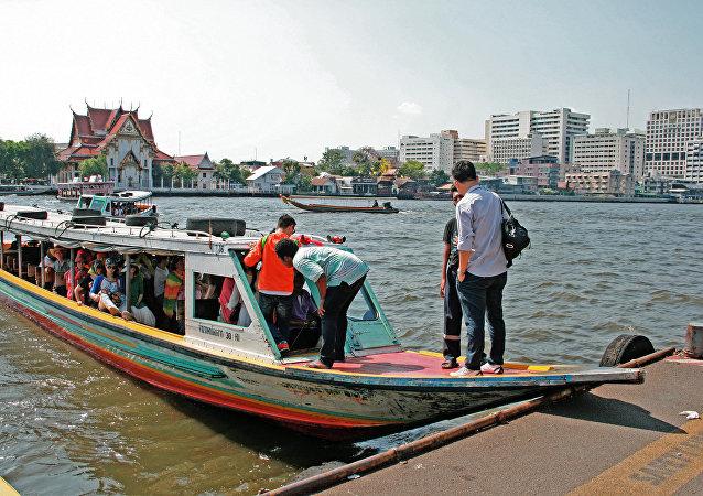 泰国中部一艘轮渡失事造成13人遇难