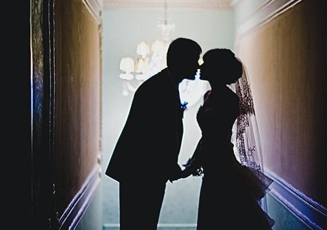中国夫妇新婚之夜抄写党章