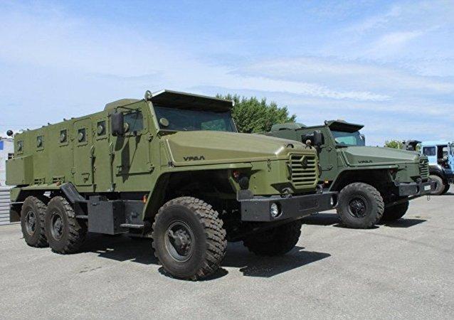 """俄国防部:首辆俄军""""乌拉尔-VV""""装甲车将于2016年建成"""