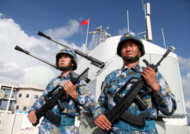 """中国国防部:中国海军舰艇警告驱离抵近侦察的美舰""""马斯廷""""号"""