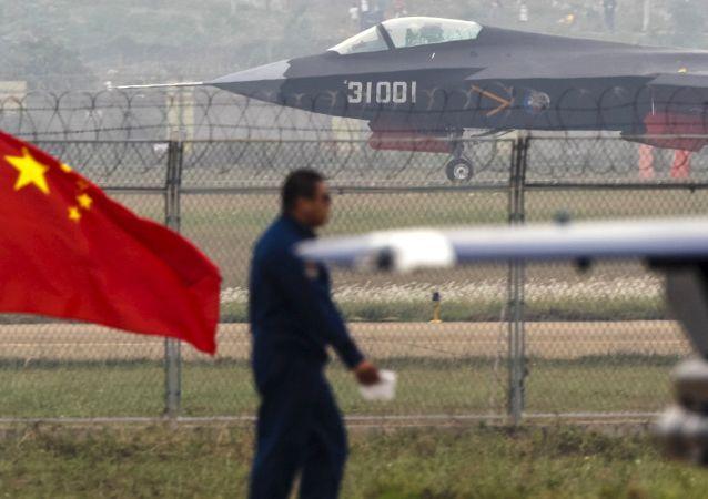中国对第五代歼击机第二代模型进行试验