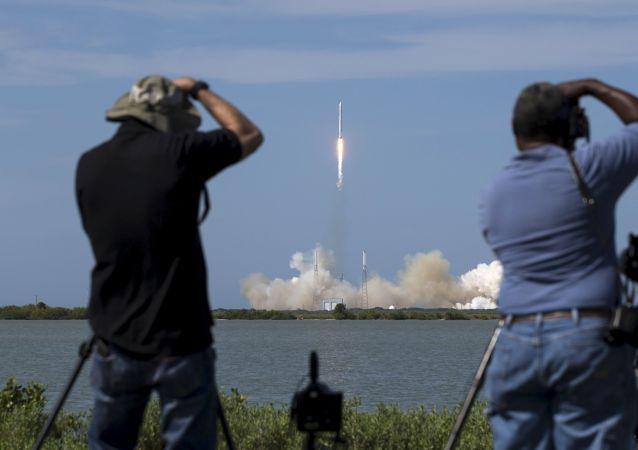 """""""猎鹰9号""""(Falcon 9)运载火箭(资料图片)"""