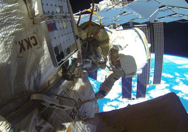 俄罗斯宇航员在开放太空工作(资料图片)