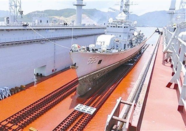 中国海军第一艘自航式浮船坞问世