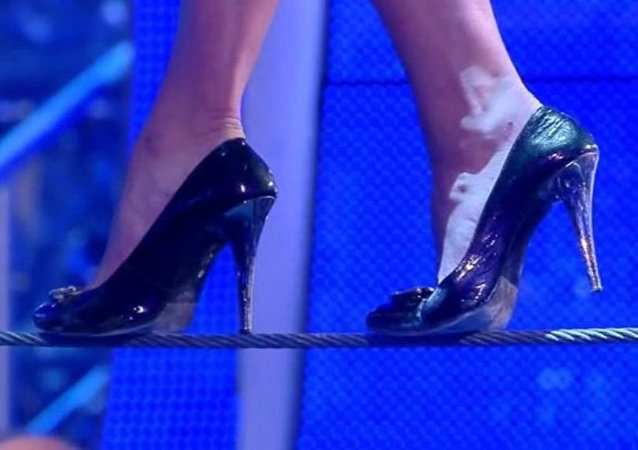 一名俄罗斯女演员创下高跟鞋走绳索的世界纪录